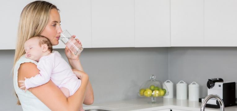 colostro mae e bebe agua