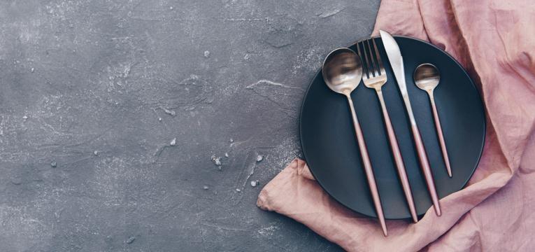 erros mais comuns de quem tenta emagrecer pratos e talheres