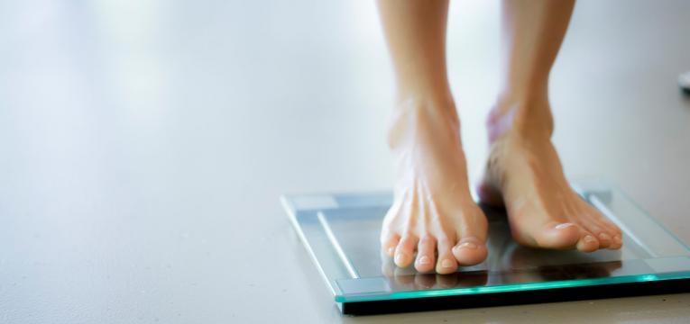 erros mais comuns de quem tenta emagrecer balanca peso
