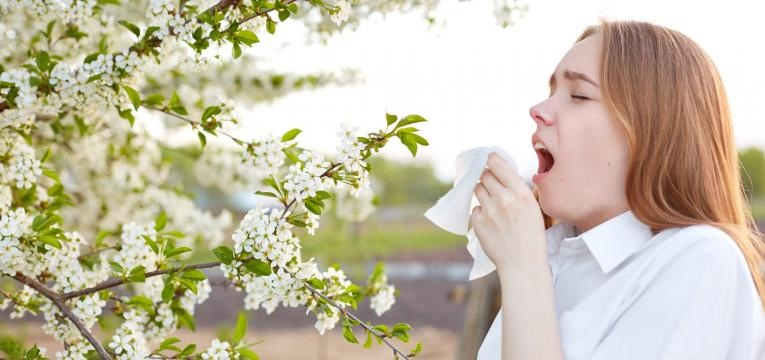 alergia ao polen mulher a espirrar