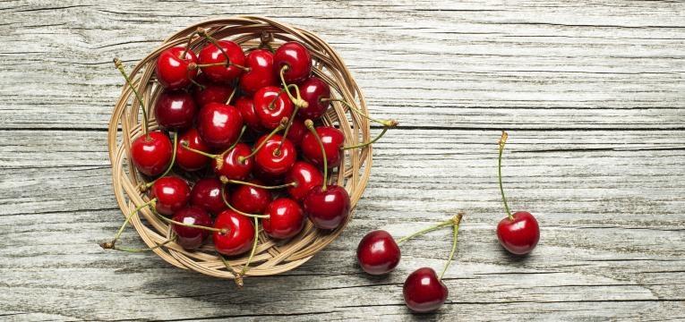 alimentos da epoca cesta com cerejas