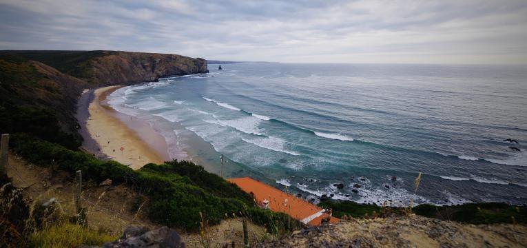 melhores praias para surfar em Portugal praia da arrifana