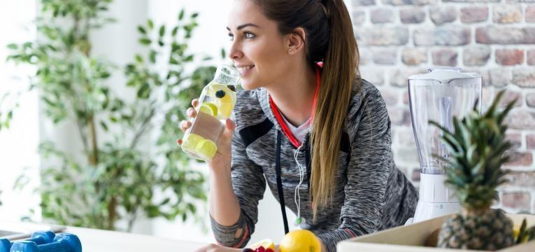 meia maratona o que comer antes durante e depois jovem na cozinha a comer