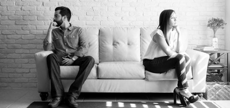 cobranca na relacao casal chateado