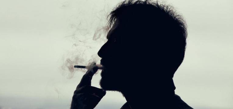 cancro do pulmao homem a fumar
