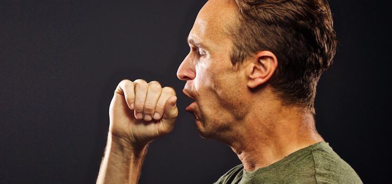 doenca pulmonar obstrutiva cronica homem a tossir