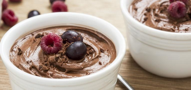 Mousse de chocolate vegan com abacate e banana