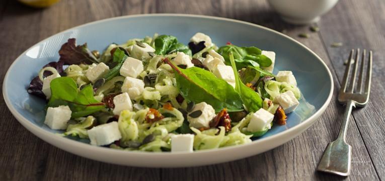 saladas com menos de 300 kcal Salada de queijo fresco e espinafres