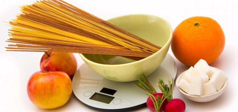 contagem de hidratos de carbono balanca com alimentos