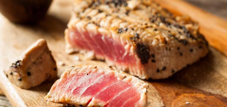 Bife de atum fresco com crosta de sesamo