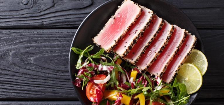 Bife de atum com molho picante e acelgas