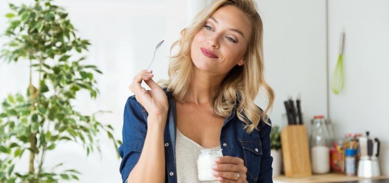 alimentacao equilibrada mulher a comer iogurte saudavel