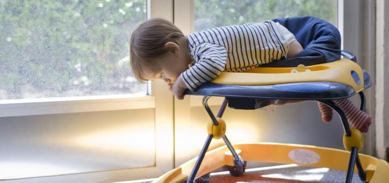 contra-indicacoes dos andarilhos em bebes bebe a sair do voador
