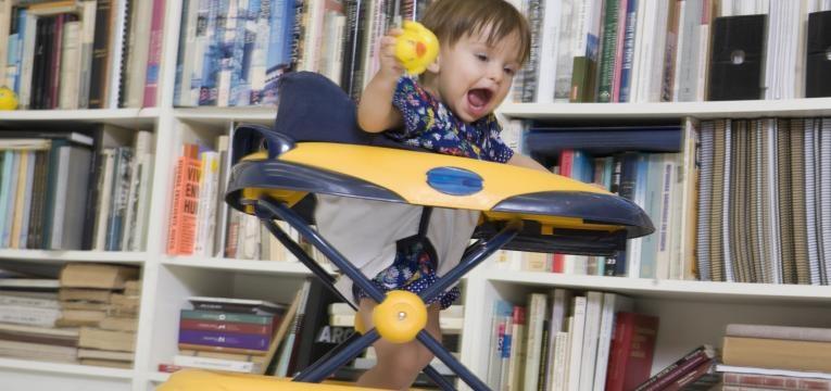 contra-indicacoes dos andarilhos em bebes bebe a brincar