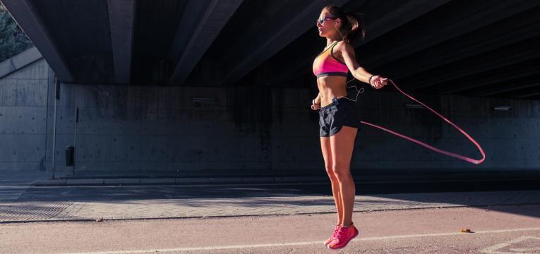 cardio antes ou depois da musculacao mulher a saltar a corda