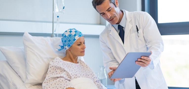leucemia medico e paciente em tratamento