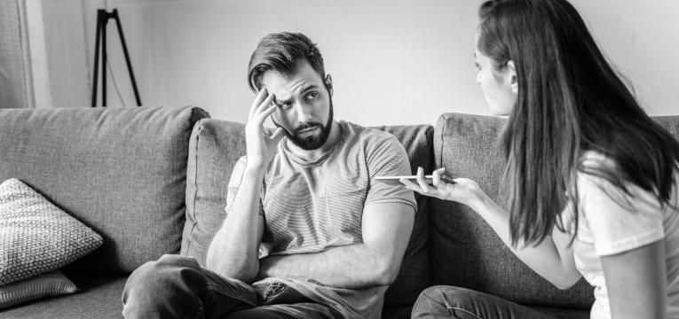 gaslighting mulher a controlar marido