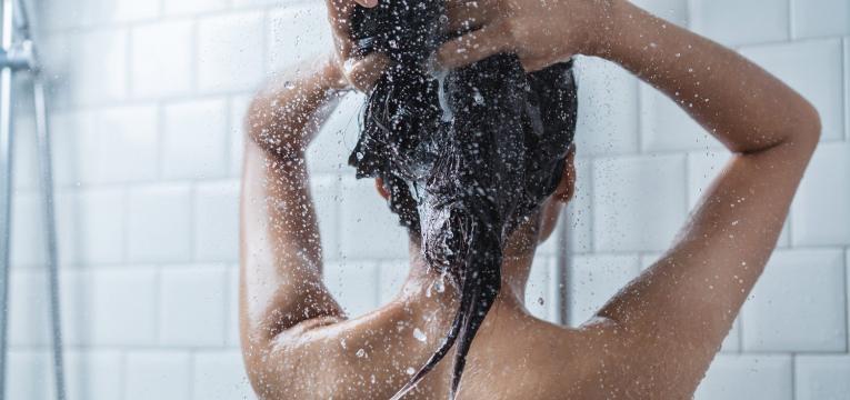 pele a descamar mulher a tomar banho