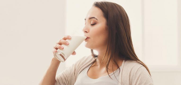 insonias mulher a beber leite