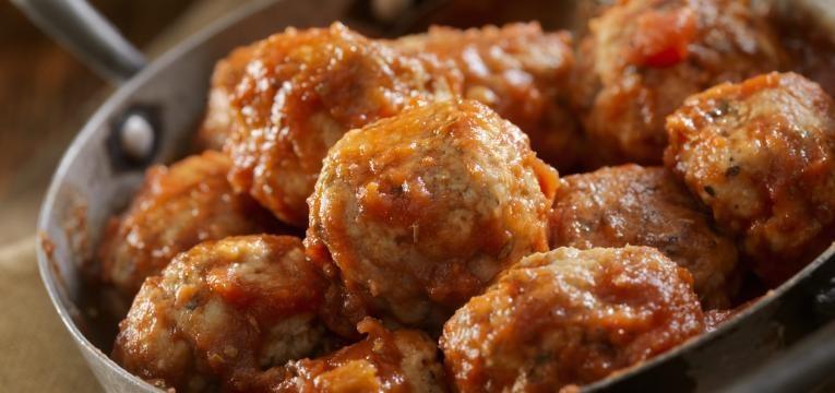 Almondegas de carne de frango com molho de tomates