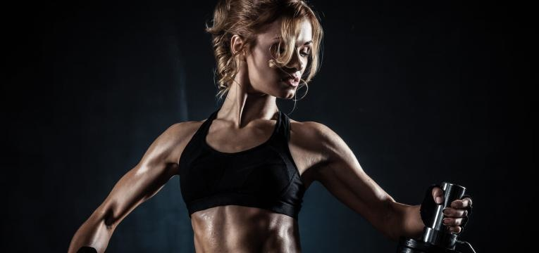 mitos sobre a proteina whey mulher com musculo