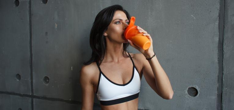 mitos sobre a whey mulher a tomar proteina