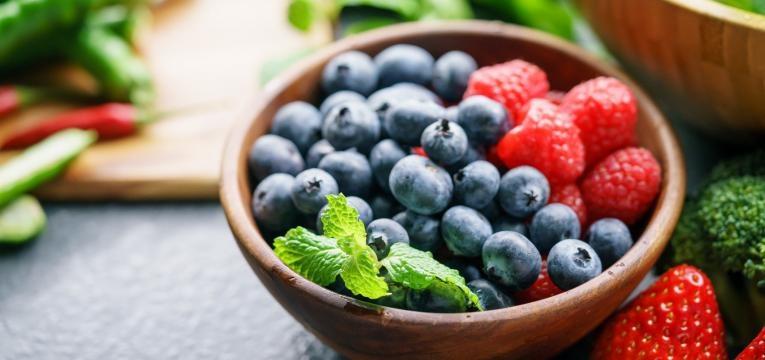 alimentacao e alzheimer frutos vermelhos numa taca
