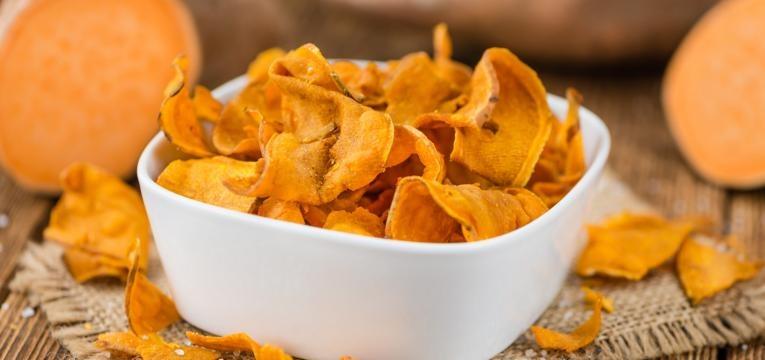 snacks de legumes no forno chips de batata-doce no forno