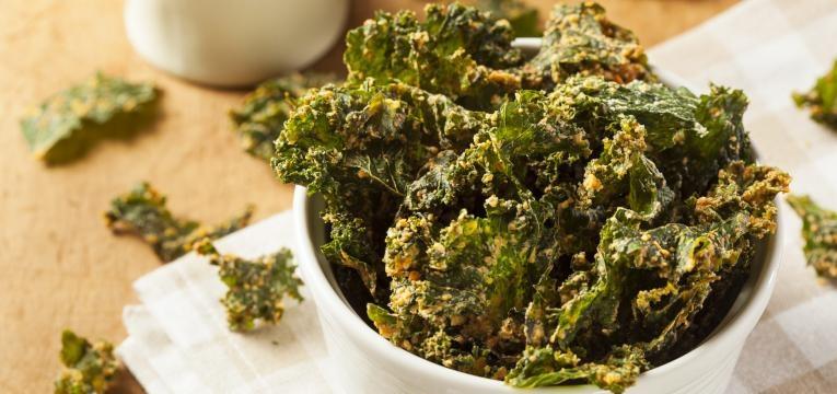 snacks de legumes no forno chips de couve kale no forno