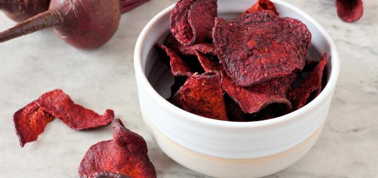 snacks de legumes no forno chips de beterraba ao forno