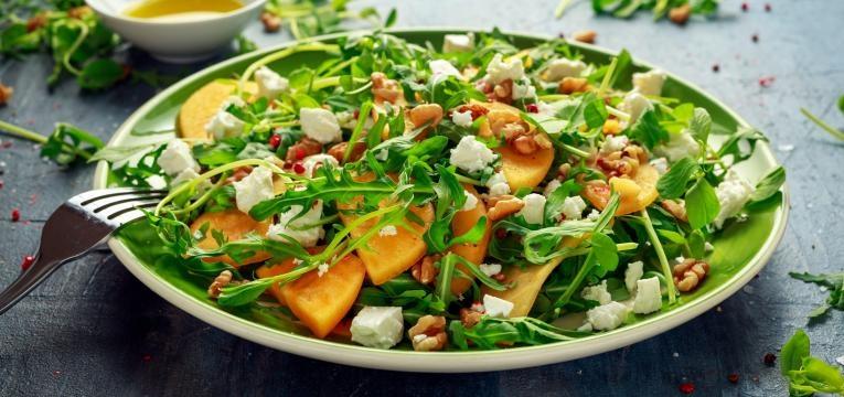 Saladas com queijo de cabra, noz e mel