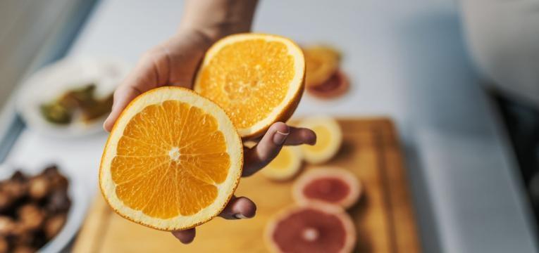 alimentos com mais vitamina C que a laranja duas metades de laranja