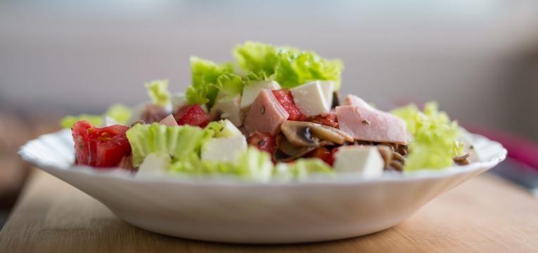 Salada grega com presunto