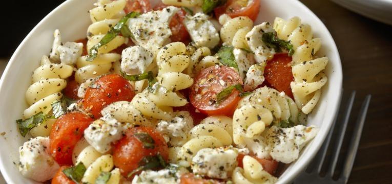 salada grega com fusili