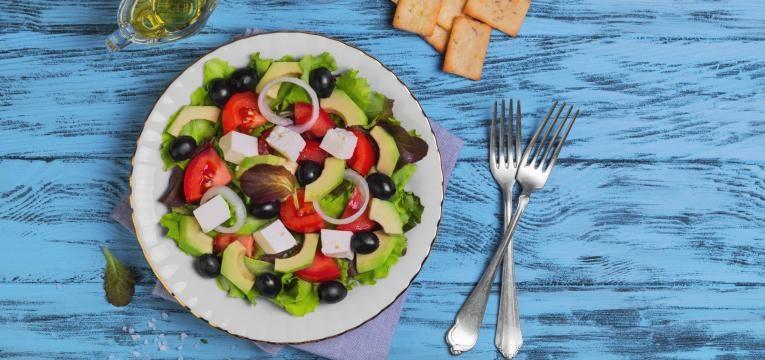 salada grega com frango e abacate