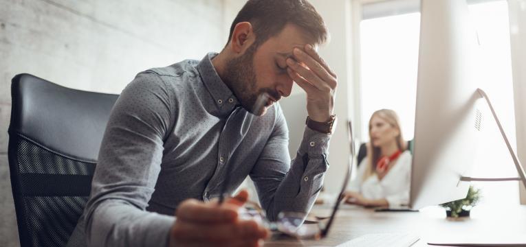 principais causas de doencas cardiovasculares homem em stress