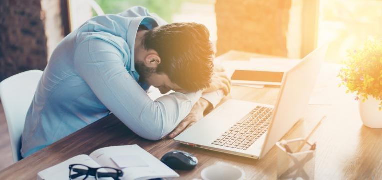 stress no trabalho homem stressado