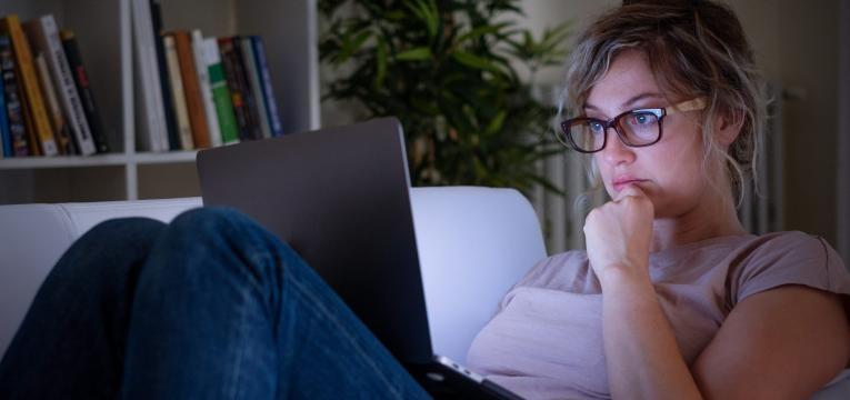 hipocondriaco mulher a pesquisar na internet