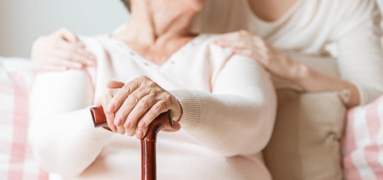 osteoporose mulher de idade com bengala