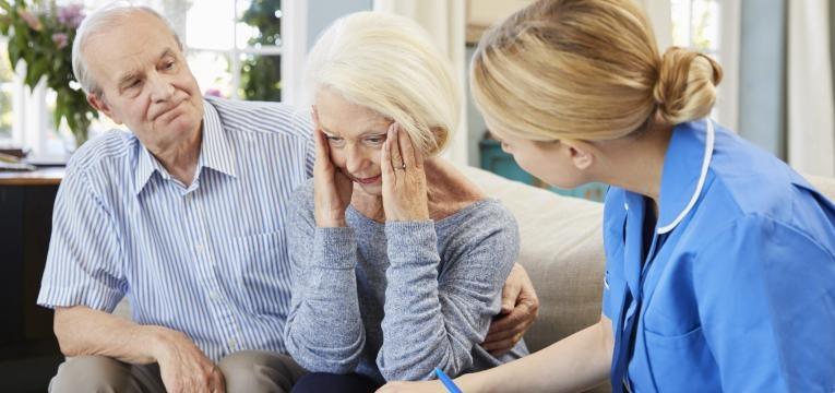 Alzheimer mulher com falta de memoria