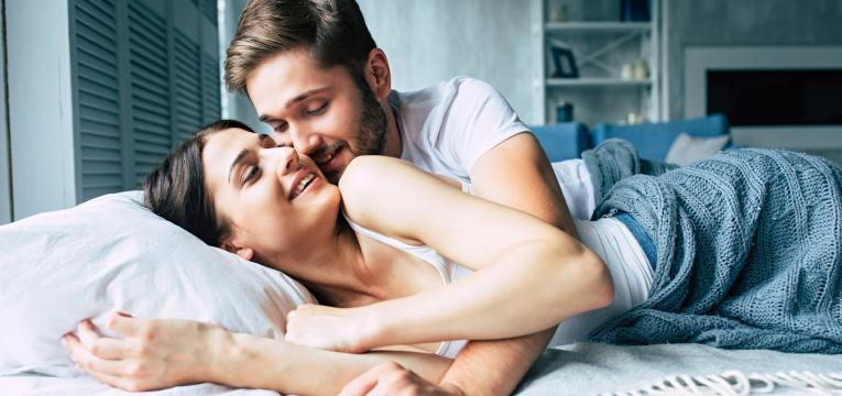 sono casal junto na cama
