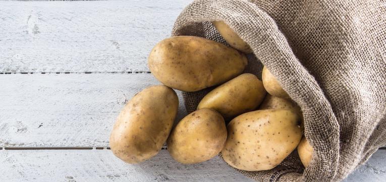 alimentos humanos que os gatos podem comer batata em saco
