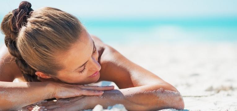 alergia ao sol mulher na praia