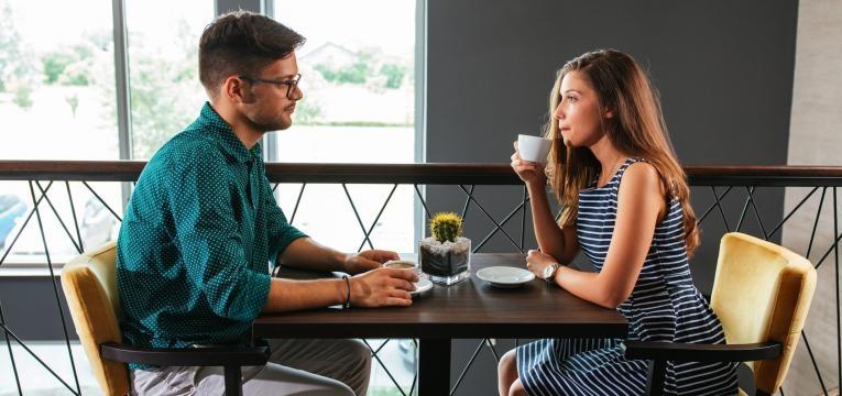 dificuldade em assumir um compromisso casal no cafe