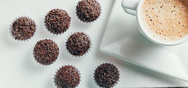 doces com cafe brigadeiros de cafe