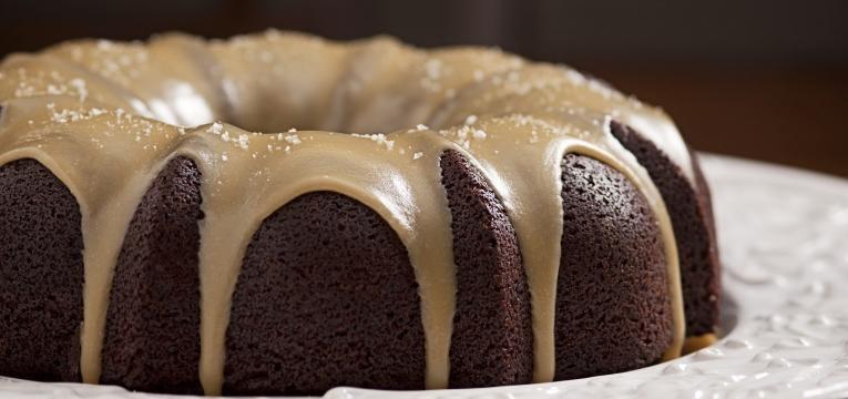 bolo de caramelo com chocolate