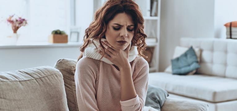 amigdalite cronica mulher com dores em casa
