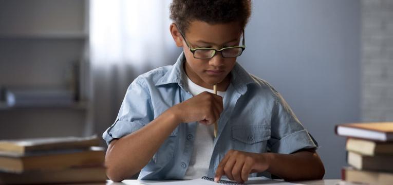 defice de atencao menino a tentar estudar