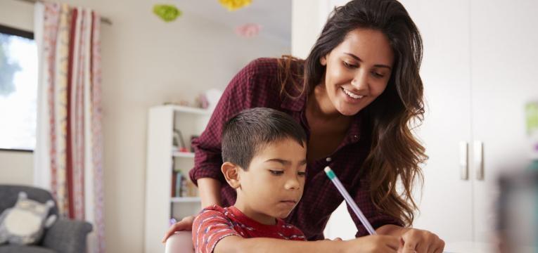 defice de atencao mae a ajudar filho