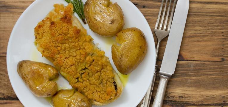 Bacalhau no forno com legumes e miolo de broa